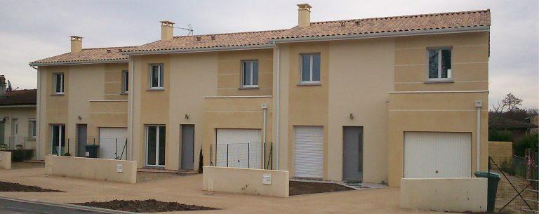 Trois maisons locatives de 88 m² chacune : salon/séjour, cuisine, 3 chambres, dressing, salle de bain, garage.