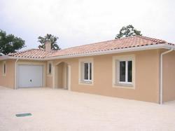 Maison 108 m²: salon/séjour, cuisine, 3 chambres, salle d'eau, salle de bain, coin bureau, cellier, garage.